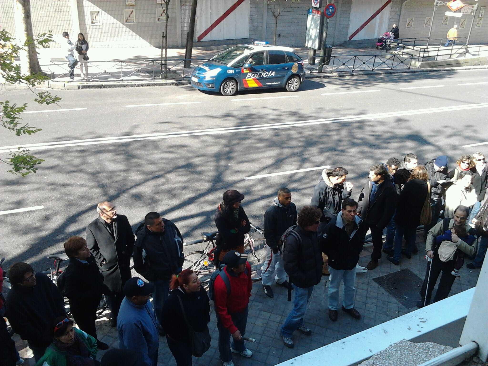 Acaba de aparcar una patrulla de policia nacional frente al #stopdesahucio en #albufera149 http://t.co/uhYR5FPc
