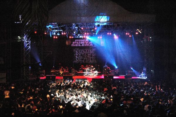 hari ini 7 tahun yg lalu Konser Band Underground Luar Pertama ....Napalm Death ... http://t.co/FeT4m91Q
