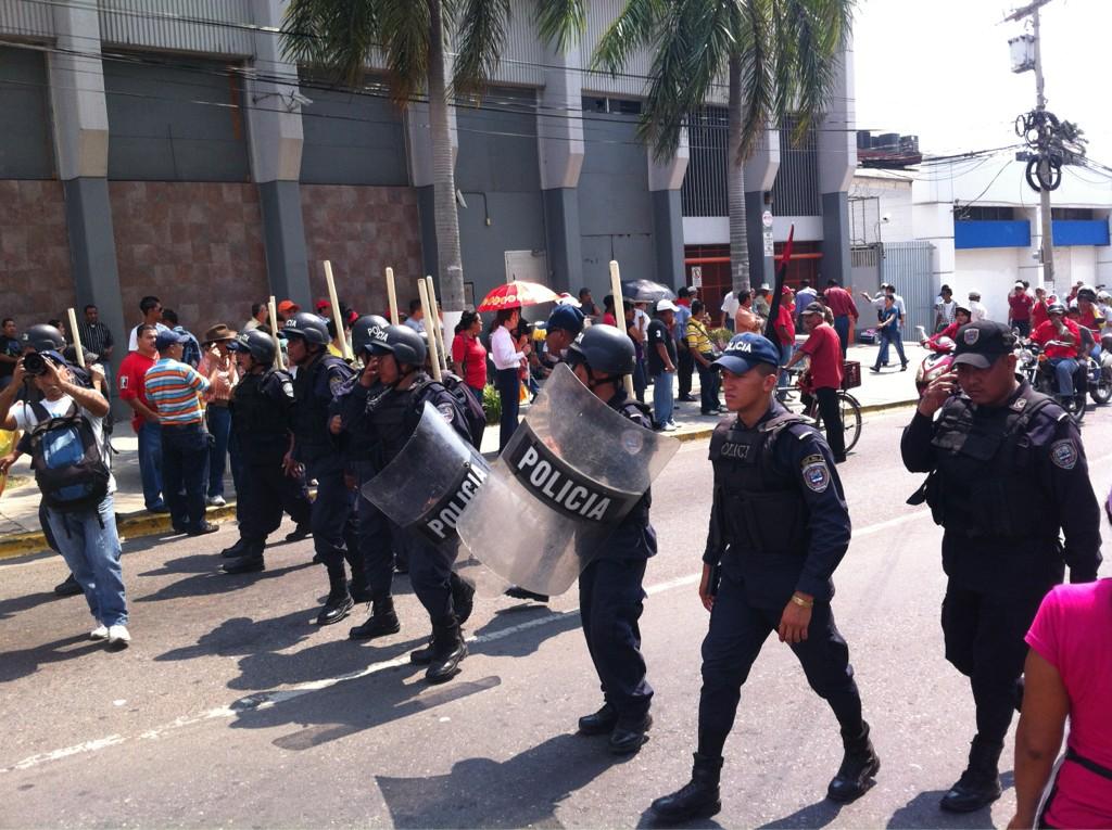 Polic■a resguarda manifestaciones pac■ficas de trabajadores #1Mayo #SanPedroSula #Honduras http://t.co/K7q6iBvq