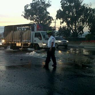 RT @el_Periodico: Fuga de agua salida San Rafael zona18. Tome sus precauciones. #TraficoGt Foto: Isaias Orlando Reyes. http://t.co/kGfyW7Gx