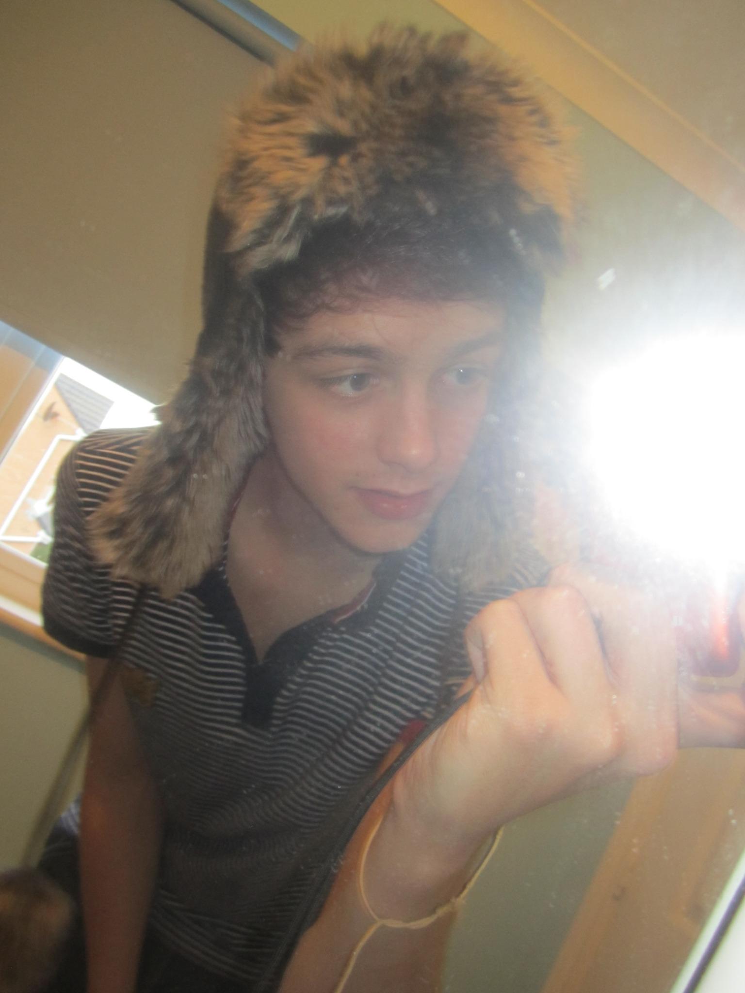 Hi this is me with my cute hat on aw http://t.co/DBds2TEk