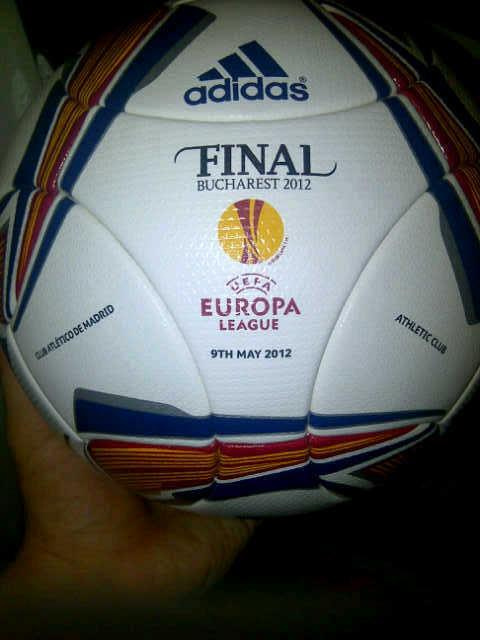 Este es el bal￳n de la final @Atleti vs. @AthleticClub #Bucarest2012 #HolaBucarest #UEL http://t.co/7t18Djxu