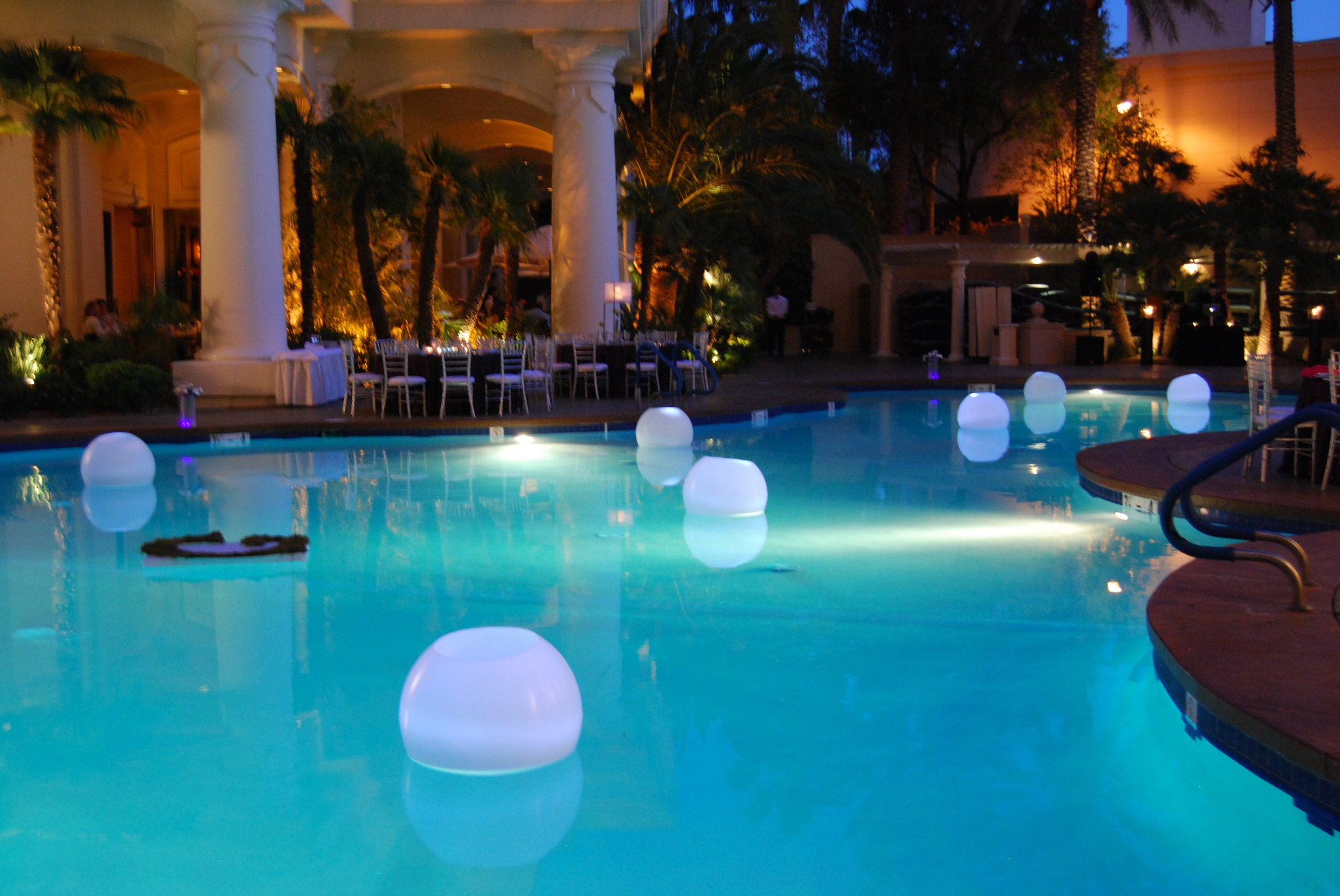 @FSLasVegas #luxbride pool side in Las Vegas what a nice area to have a reception at with some pool orbs that light up http://t.co/kQx7n15A