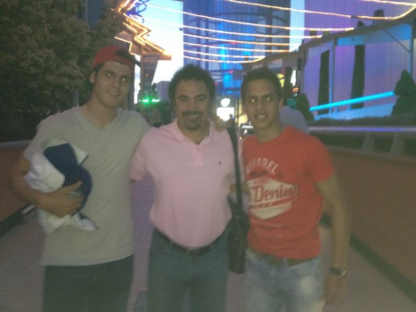 @jsanchezgl y yo hemos tenido la suerte de encontrarnos a un mito del Real Madrid, Hugol! http://t.co/CvmXhA47