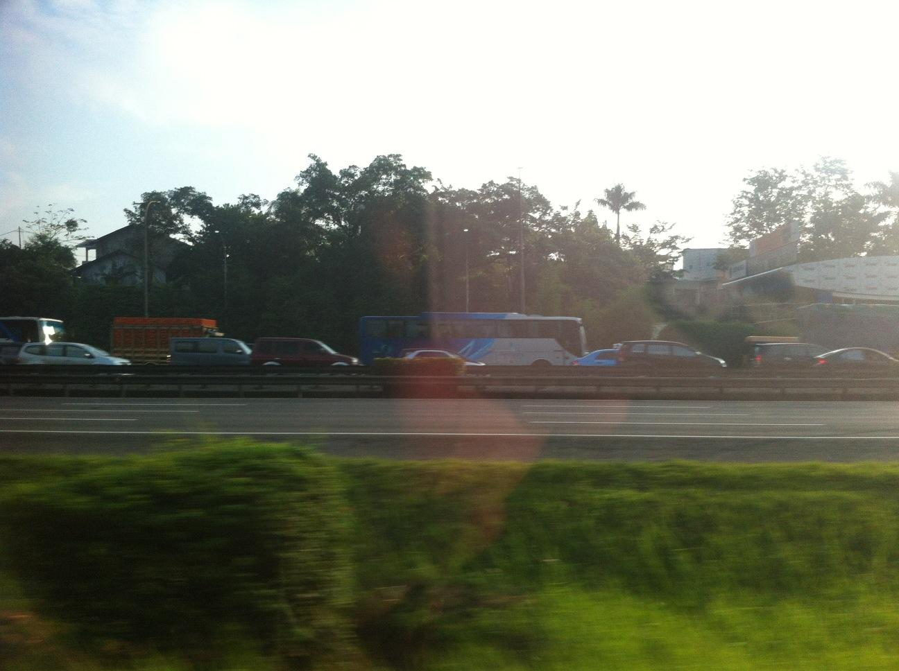 Wow... Tol Pondok Gede arah Bekasi padat bener... *pukpuk yang cuma mau keluar di MM* http://t.co/jtjgM5ZL