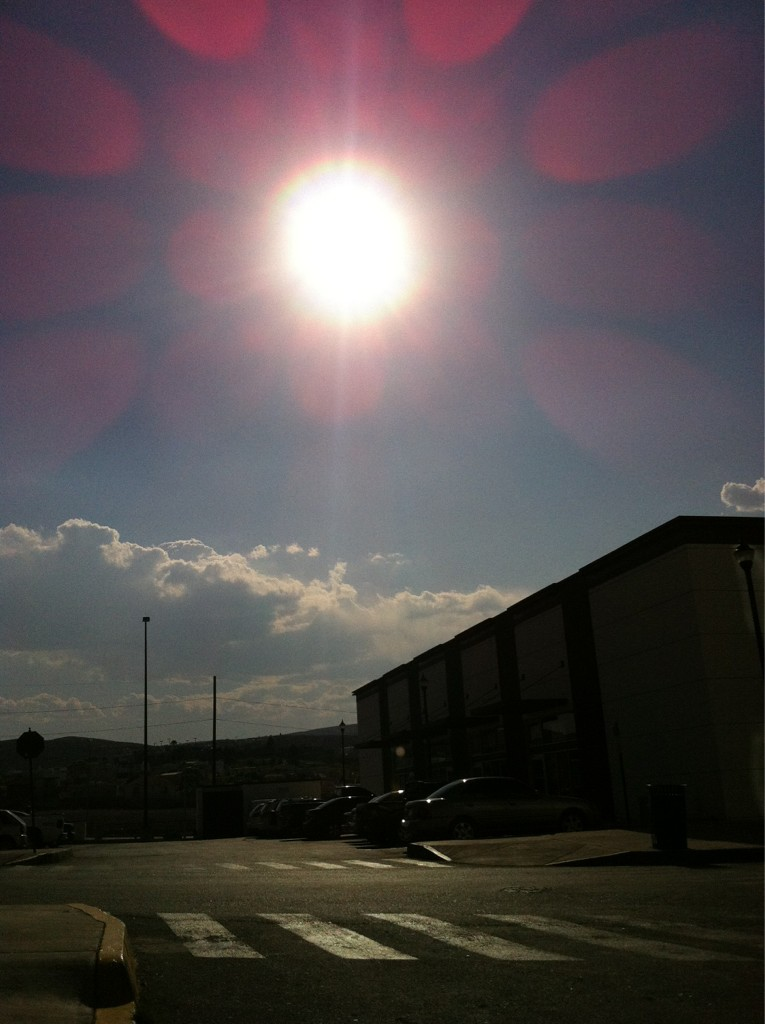 Aqui en Chihuahua, esperando que empiece el eclipse http://t.co/BPKK4WAi