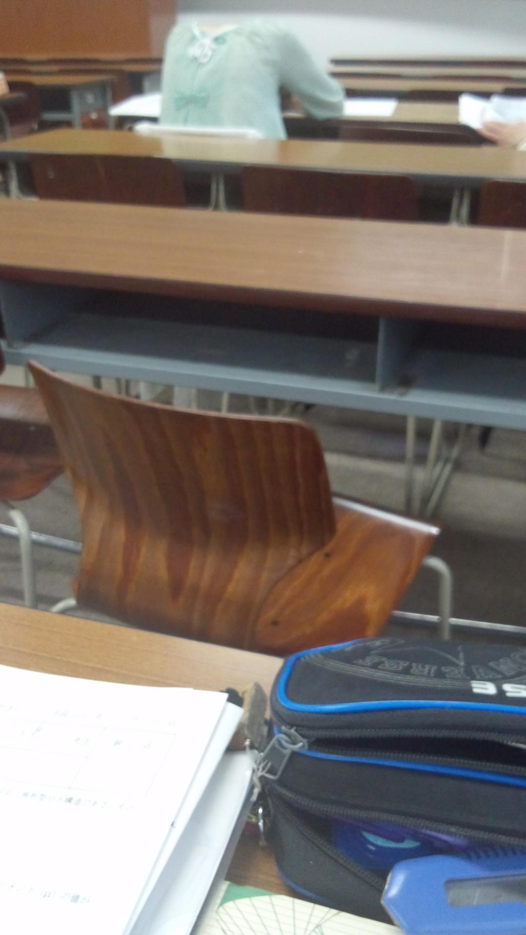 前の席の人の首が落ちすぎで怖い http://t.co/xeYzNHBT