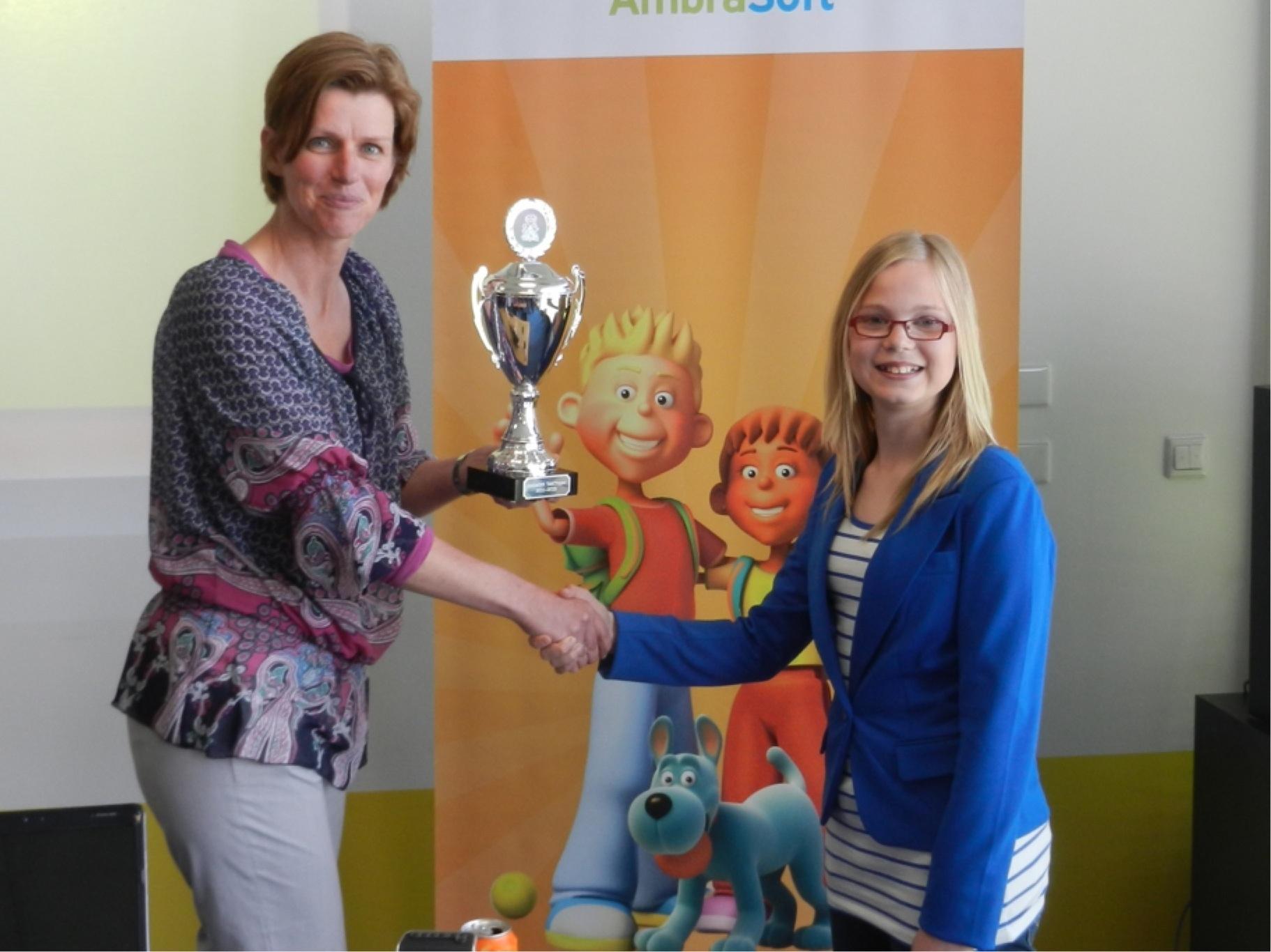 Dit is de #TafelTopper Thuis van 2011-2012: Paulien Baars krijgt de beker van AmbraSoft-manager Janine Ziemerink. http://t.co/l87ERv2A