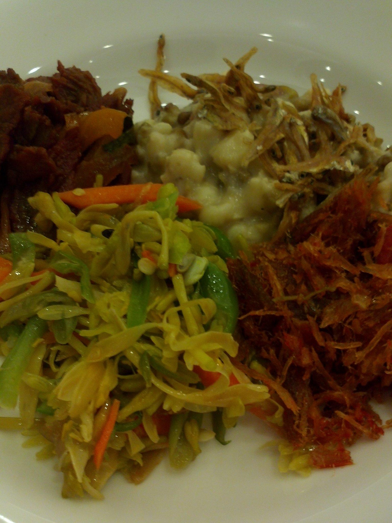 Makanan khas #flores Jagung Bose, Fuga Daging Sei, Sayur Rumpu Rampe. Terlihat lezat? Sangat lezat, bikin nagih! http://t.co/BcYwb7VA