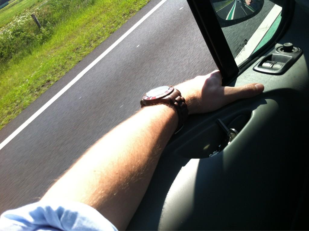 Alvast voorzichtig aan het weekend denken met een handje op de vangrail. 1 klantje nog. http://t.co/5xq9KSD6