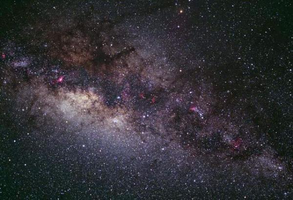 여름하늘이라고 하면 역시 은하수죠. 우리가 은하수라고 부르는 것은 우리은하의 중심부입니다. 궁수자리 부근에서 가장 밝게 보입니다. 사실 은하수 자체가 눈에 잘 보이는 것은 아닙니다. 전체적으로 표면광도가 낮습니다. http://t.co/yAmOdD7x