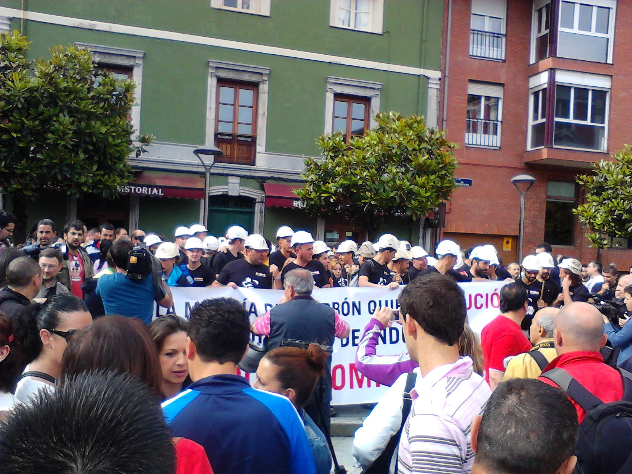 A punto de salir la marcha minera desde Mieres, vivan los mineros!, viva la clase obrera! #luchamimera @Elba_Celo http://t.co/sj1OnBfu