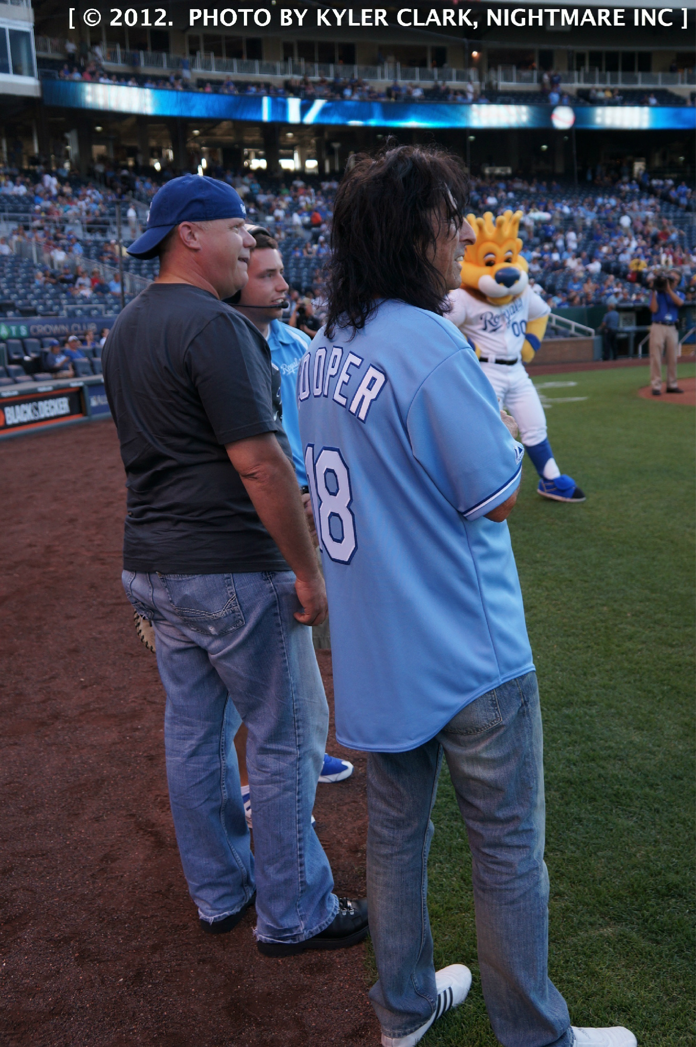 Just threw the first pitch at the @Royals game! Nice 'catch' @SlackerKC! You can be my wing man anytime. #KCRoyalTweets http://t.co/R6XlUanL
