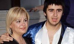 Emrah'ın oğlu Tayfun'un annesi Ebru Çolak 6 yıl 8 ay hapis ve 1 milyon 250 bin lira para cezasına çarptırıldı. http://t.co/zHz3iKn9
