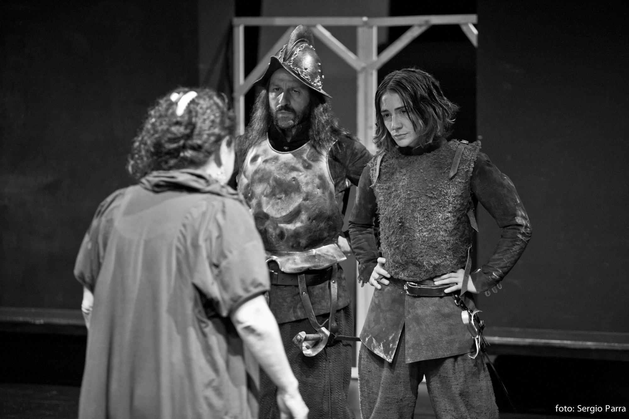 Notas a los actores en los ensayos de LA VIDA ES SUEÑO. En la foto, David Lorente (Clarín) y Marta Poveda (Rosaura) http://t.co/mEqDcOgt