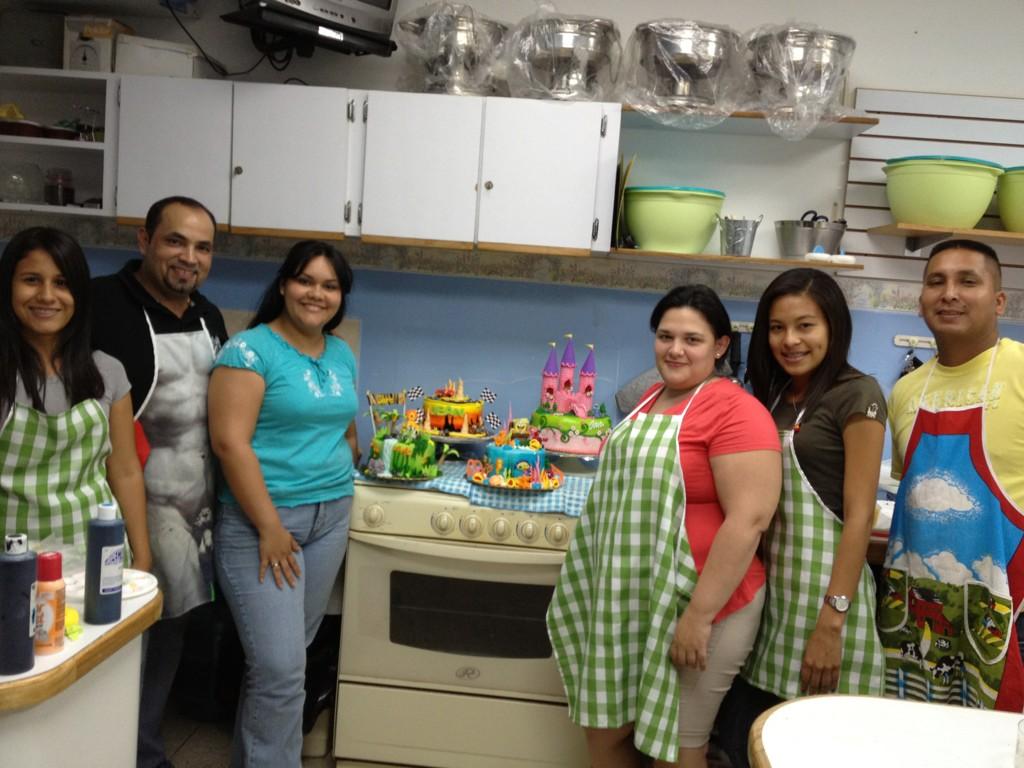 En la clase de decoración de tortas infantiles con nuestras alumnas, instructor Hector Silva y asistente Ciro http://t.co/rUxCyFxi