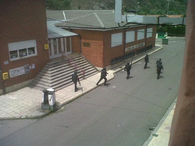 RT @Miri149M: Esto es lo que tengo yo a la puerta de mi casa. Dais asco!! #Ciñeraresiste #yotambiensoyminero http://t.co/IK3uS6QN
