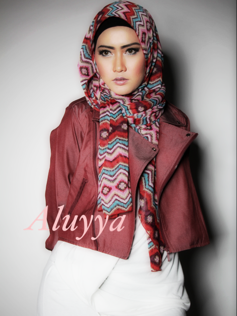 """Dare to be different? Try """"Red tribal scarf"""" exclusively @HijUp http://t.co/NqDmstHZ"""