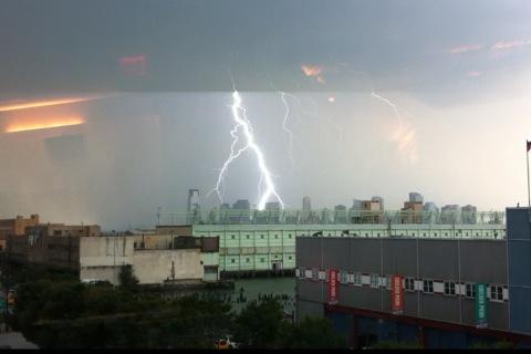 Big fat lightning RT @markinhifi http://t.co/LxcWYas9