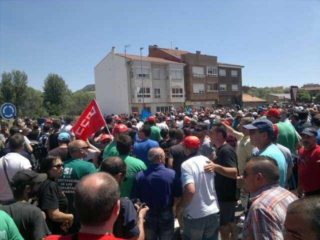 #MarchaNegra Primera imagen del encuentro con los asturianos en La Robla, donde esperaban miles de personas. http://t.co/YkpjqDnP
