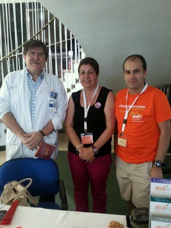 Elena y Javier, #voluntarios con el Dr. García Ruiz, jefe del servicio de hematología del #Hospital de Cruces #SEMOH http://t.co/L9Mu3E9X