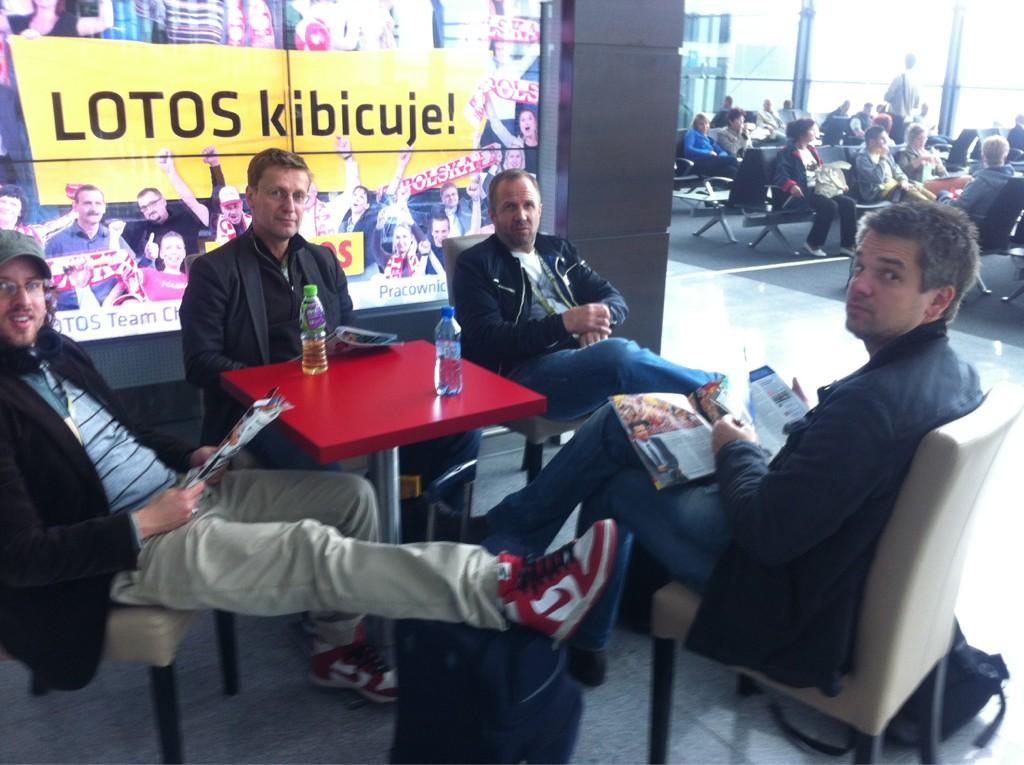 Flug zum HF: Reporter von FR, Stuttgarter Zeitung, Hamburger Abendblatt und Badische Zeitung lesen Sport Bild *falk http://t.co/PPiNJ4Ed