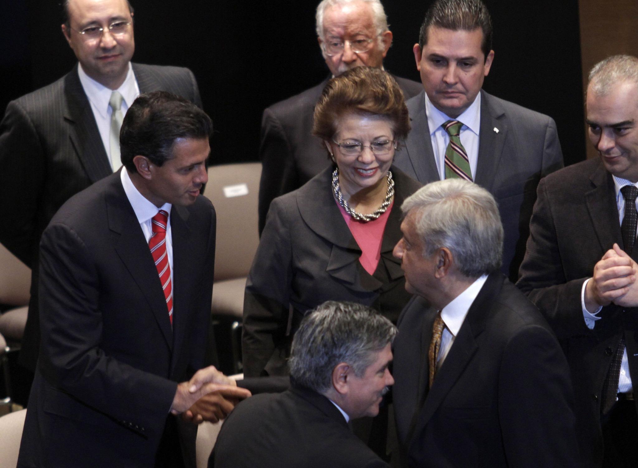 RT @bermudezphoto: el saludo masón entre Peña Nieto y AMLO hoy en el IFE...Chequen las manos... http://t.co/j5N2QihM <- cierto