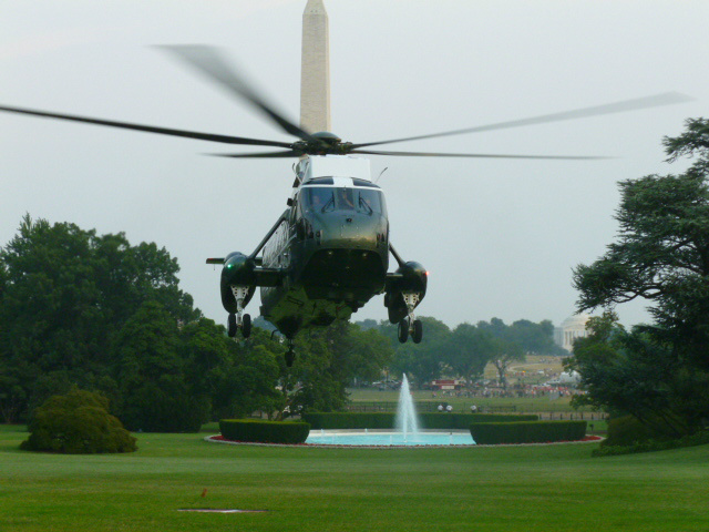 Pres Obama returns to WH from Colorado trip as Marine One comes in for landing on South Lawn. http://t.co/ZRpo06Nk