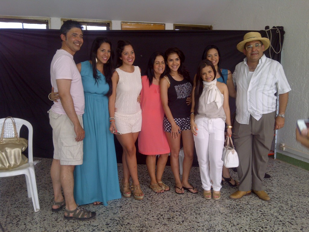La familia de Rafael Orozco: clara cabello, @LolaO28 @worozco27 visitando las grabaciones se @RafaelOrozcoTV http://t.co/sbxfO3N3