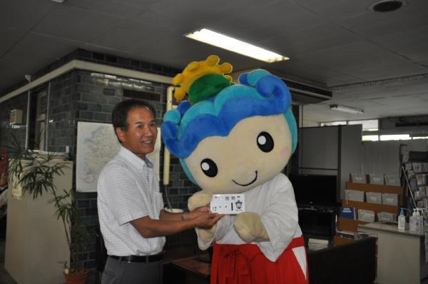 今日からいっちゃんイラスト入り原付ナンバーの交付が始まったよ。一宮町東浪見の渡邉さんが1番をゲットしたよ。 http://t.co/oSHMM58n