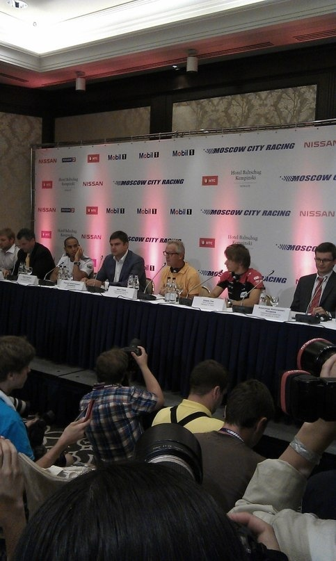 began a press conference in Moscow! @LewisHamilton http://t.co/duKkPy3t