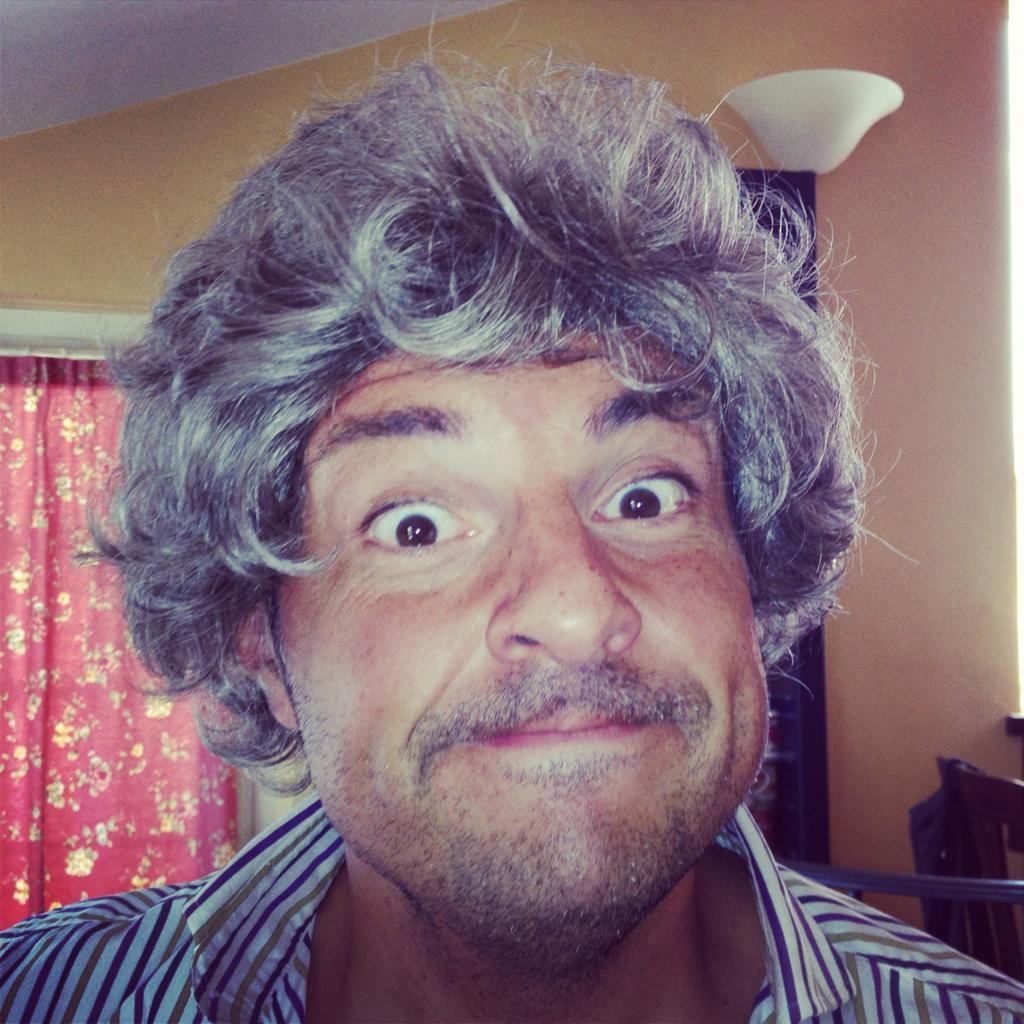 Buongiorno a tutti! BUONA DOMENICA!!  Ecco la parrucca nuova di Grillo! http://t.co/IZyTKh7n