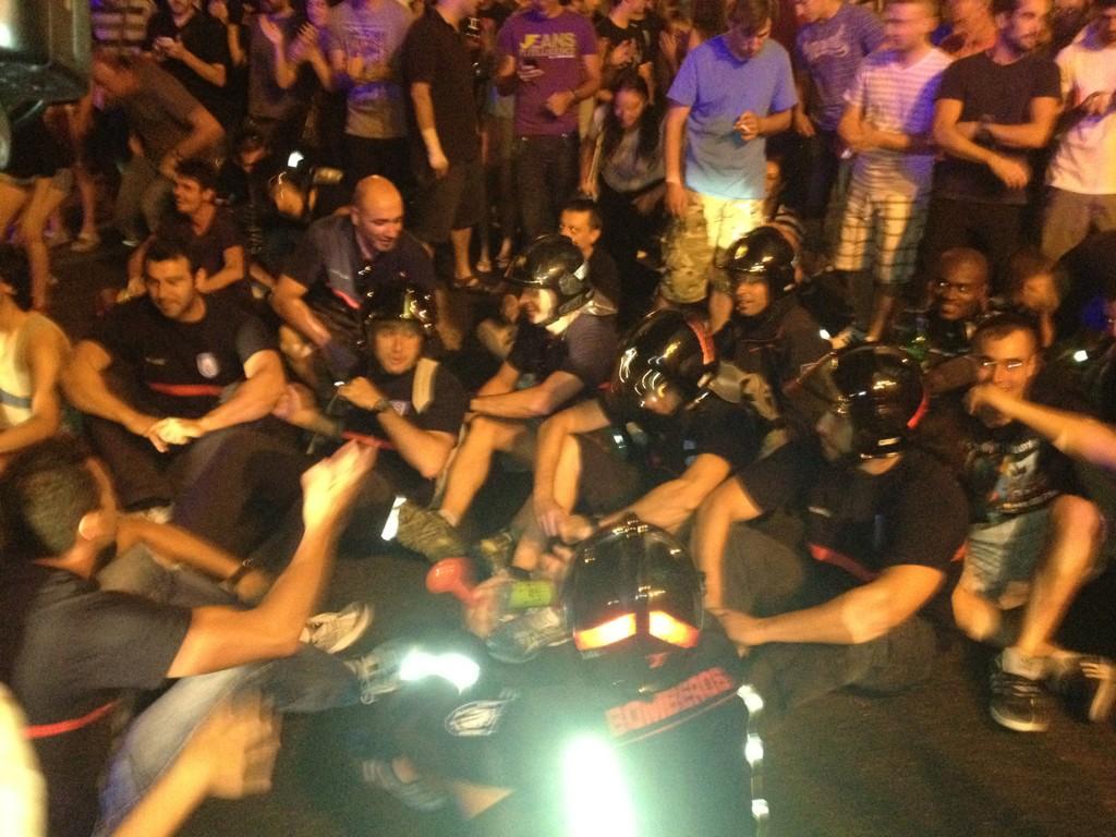 Los bomberos hacen sentada frente a los antidisturbios #graciasfuncionarios http://t.co/U58PjZ8U