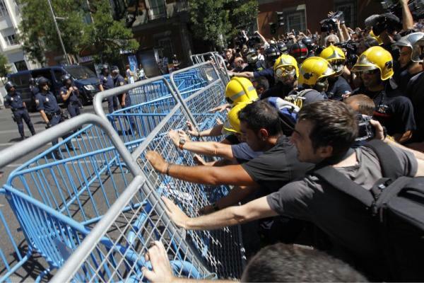 #Funcionariodesobedece Ahí están los bomberos intentando derribar las vallas que impiden llegar al Congreso http://t.co/8iJ9IPPR