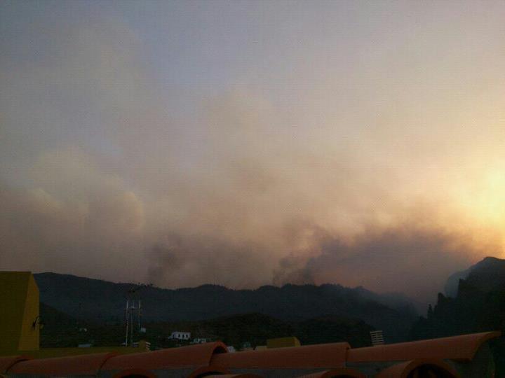 Así ha amanecido el #IncendioAdeje Foto: #FBVolcanesDeCanarias http://t.co/80iZeYDW (via @radioclubSER)