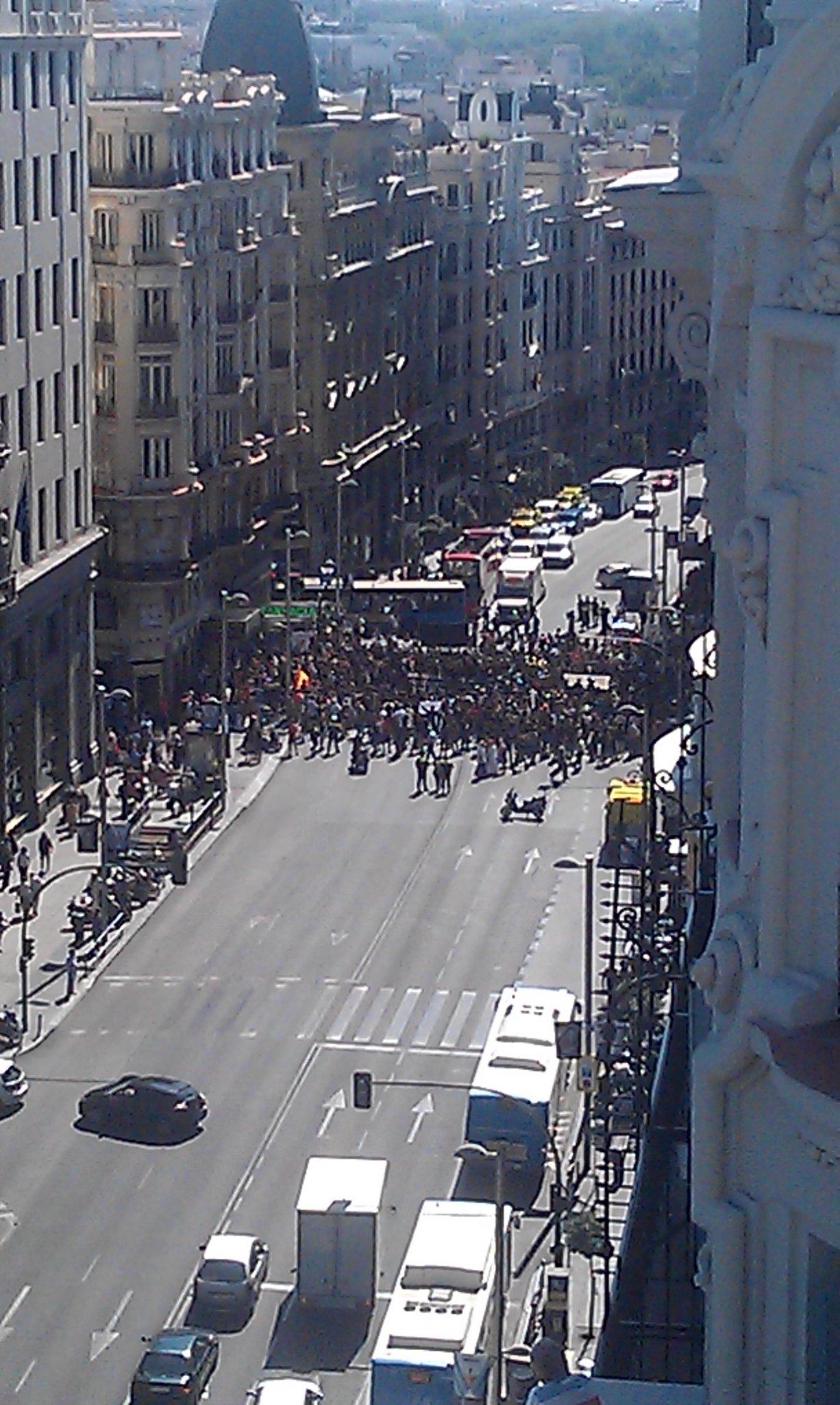 URGENTE! AHORA MISMO! GRAN VÍA DE MADRID CORTADA! DIFUNDE! http://t.co/DoBiy3bI