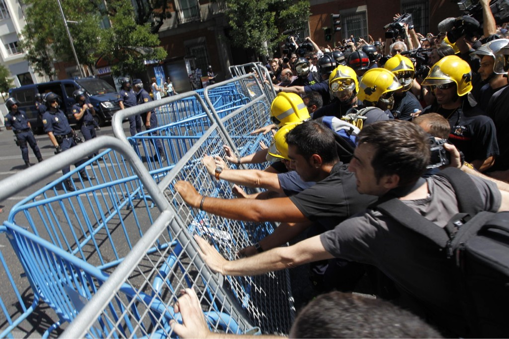 Los funcionarios golpean las vallas que protegen el Congreso #graciasfuncionarios http://t.co/Q1epGM85 via @20m