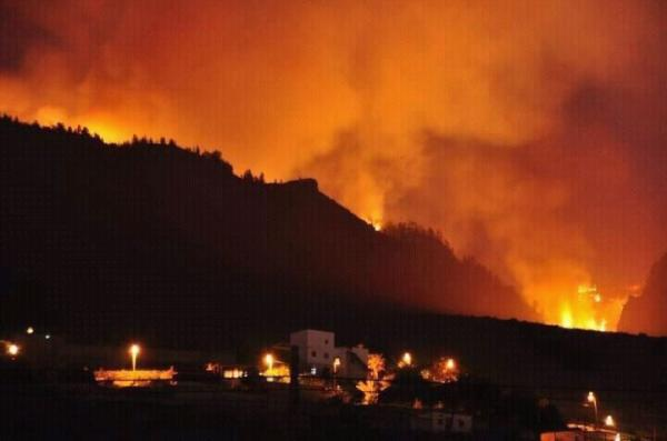 Espectacular foto del #IncendioAdeje de ayer domingo. (Enviada por @TamaraSerrano4) #IncendioEnCanarias http://t.co/yRZ2kf8J