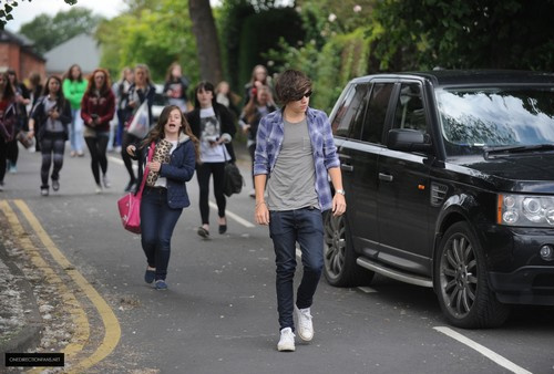 He acts like this is normal, do you not see the girls behind you, RUN HARRY RUN & NEVER LOOK BACK http://t.co/iJ0DazbG