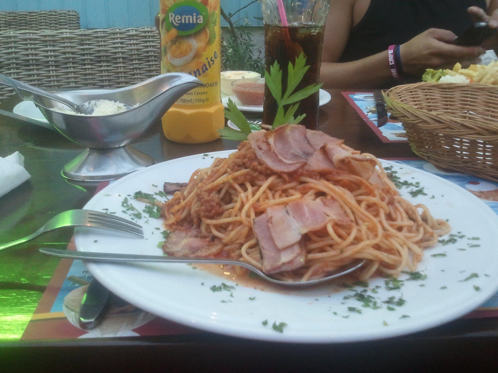 Dit is pas een bord spaghetti! Eet smakelijk. #griekenland http://t.co/ow3xrIjW