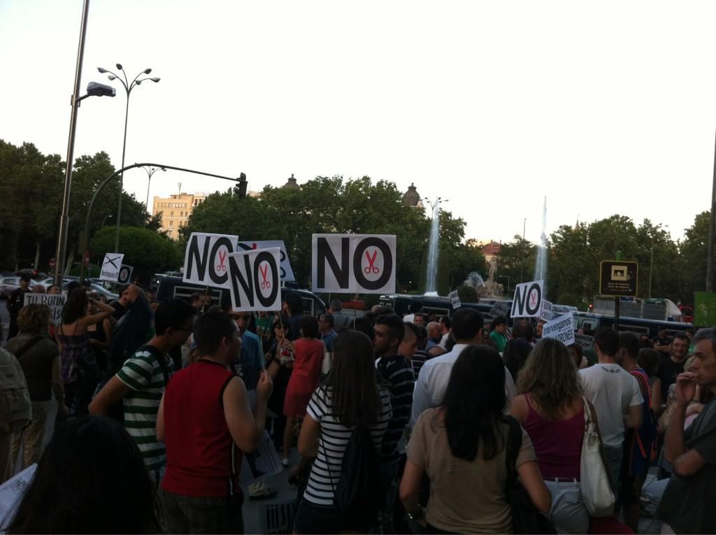 Concentración ciudadana y de la #mareaverde ahora en Neptuno, unas 300 personas, #FuncionarioDesobedece http://t.co/v7fT2XyY