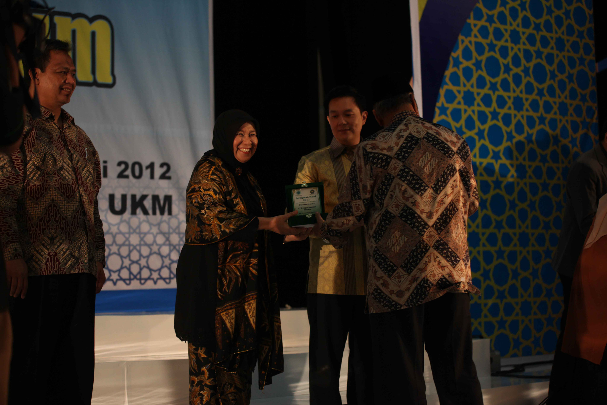 Wardah was awarded 'Halal Award' for Halal Cosmetics Brand Category from LPPOMMUI. Thanks @halalcorner for ur support:) http://t.co/bQ7tV0wI