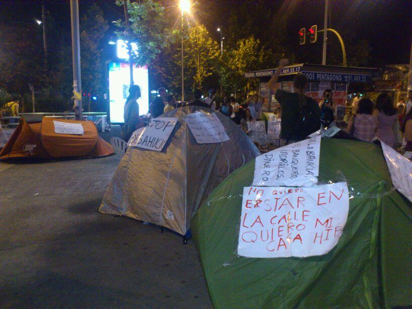 RT @AsambleaUsera: Familias acampan en pl. Oporto #sisepuede @Asamcarabanchel @pah_ Madrid  #stopbanks http://t.co/6NIqg2G8