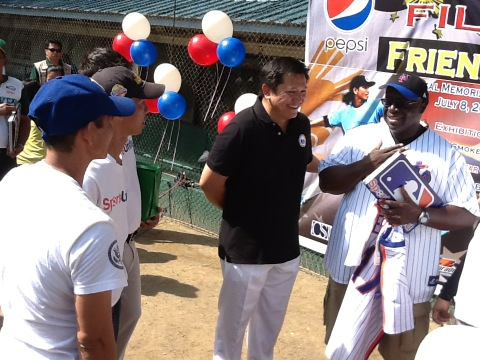 Sports United participants give US Amb signed Mets jersey and photo album of their US program. http://t.co/kOcUwiEG