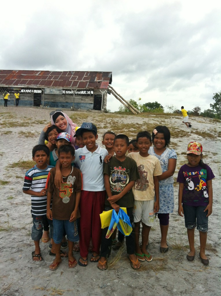 """@salsabeela: With Belitung kids in front of Sekolah Laskar Pelangi #BelitungTrip http://t.co/TIC4n4P6"""