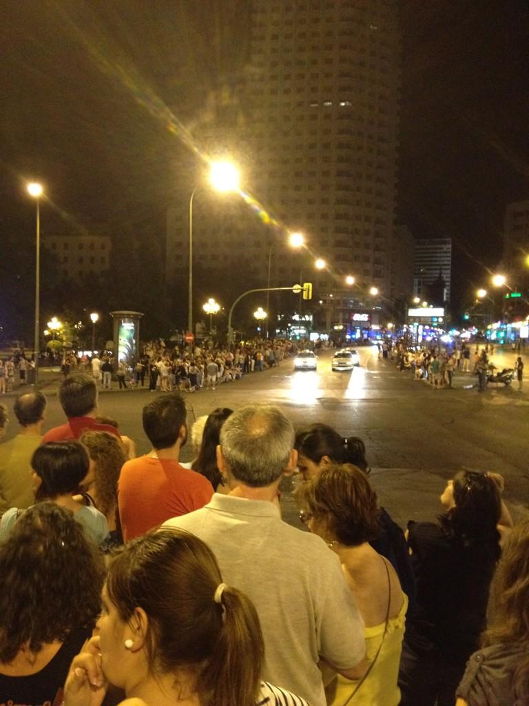 RT @carlosbardem: La gente espera en la confluencia de Princesa,Plaza de España y Gran Vía el paso de los mineros. #nocheminera DIGNIDAD ...