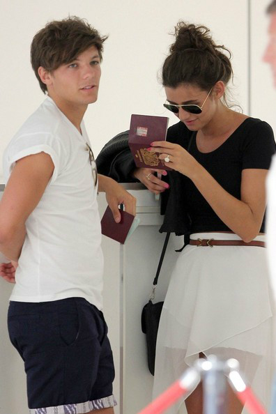 RT @1Dneews: '@1DirectionUK: A clearer picture of El wearing a ring on her ring finger.. http://t.co/yK8ByVL5'