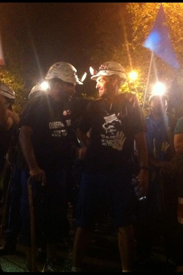 Mirai Maruxina, mirai como vengo yo. Así llegan los mineros a Plaza de España. Silencio y aplausos #NocheMinera http://t.co/iQXJb6FI