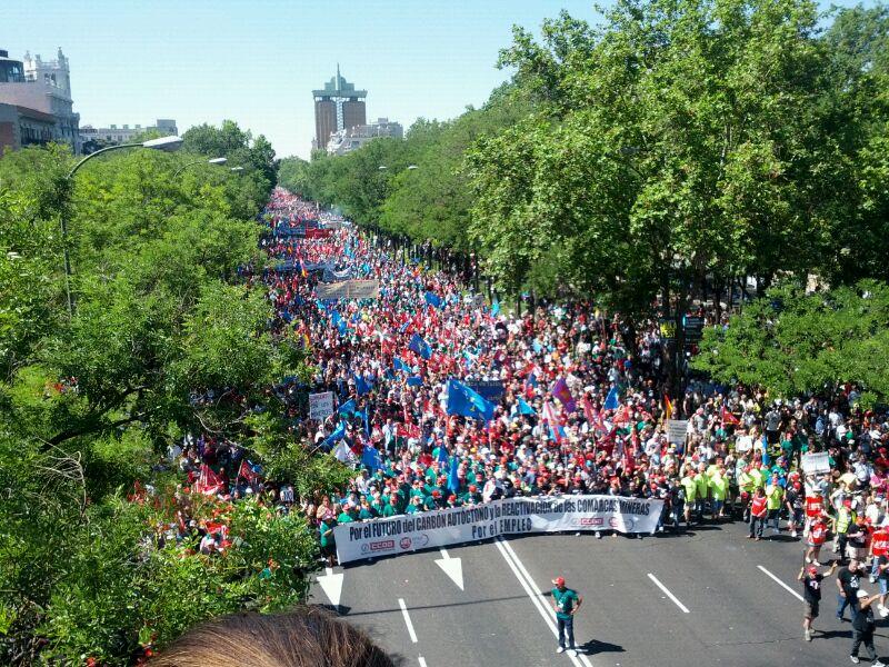 Impresionante foto: Ánimo a los q están en la calle... O lucha o esclavitud... Paseo de La Castellana #marchanegra http://t.co/cXwM0H4p