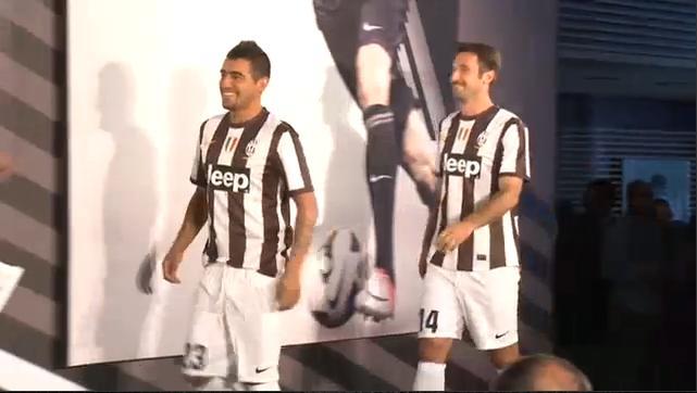 RT @JCI_Malang: RT @JCIndonesia: Arturo Vidal & Mirko Vucinic dengan jersey home.. #PresentaMaglia http://t.co/1iX8QotB